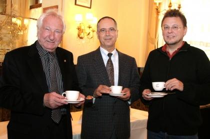 Pressekonferenz: Unterschriften-Aktion Kaffee-Kennzeichnung (v. li.)  Prof. l.J. Edelbauer (Inst. f. Kaffee-Exp. Ausb.), Prof. Dr. I. Elmadfa (Univ. Wien), Ing. Heinz Schöffl (AK Wien)