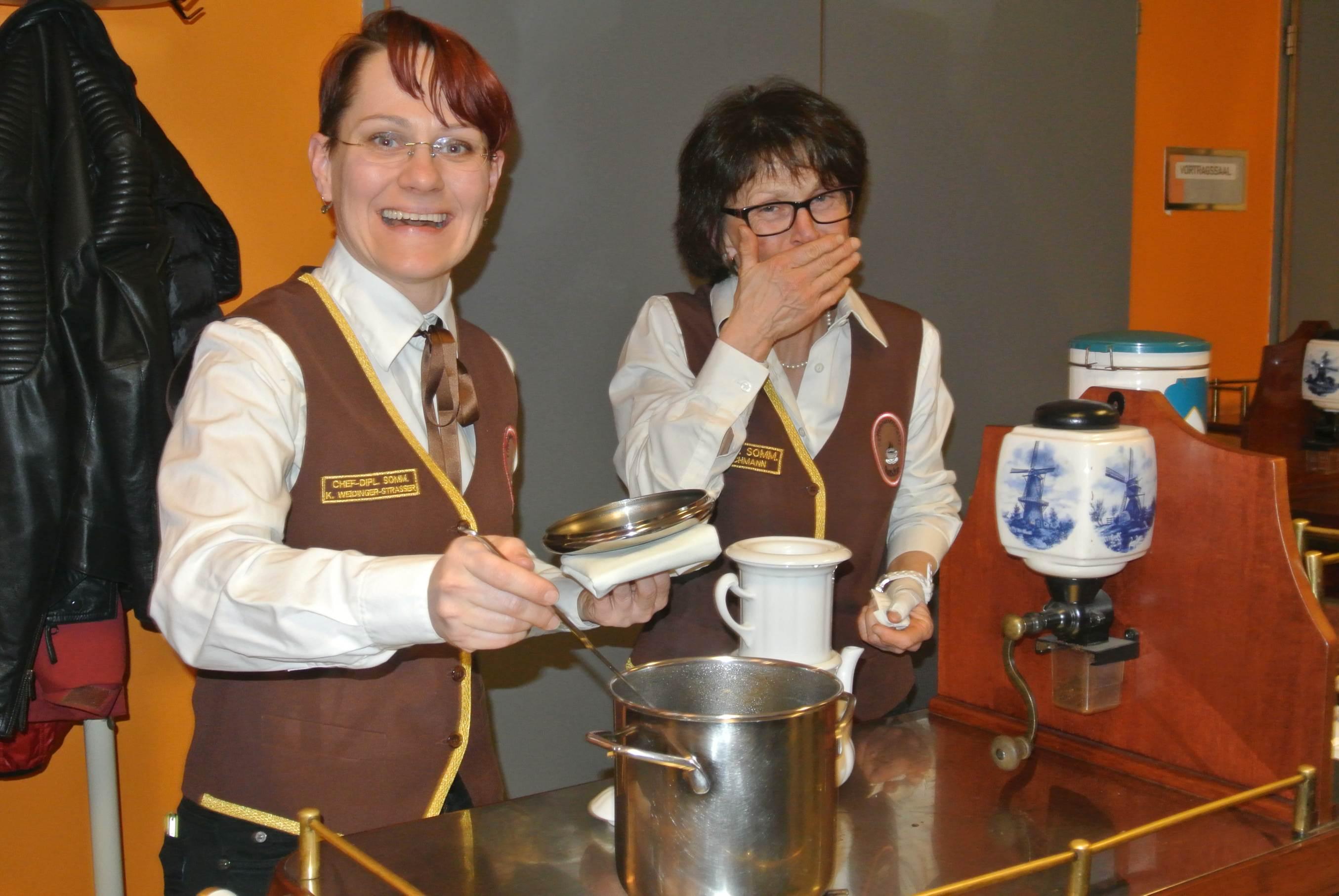 Chef-Diplom-Kaffee-Sommeliére bereiteten Kaffee in der Karlsbader Kanne. (Fr.Weidinger-Strasser und Fr. FSOL Ing.Detschmann)