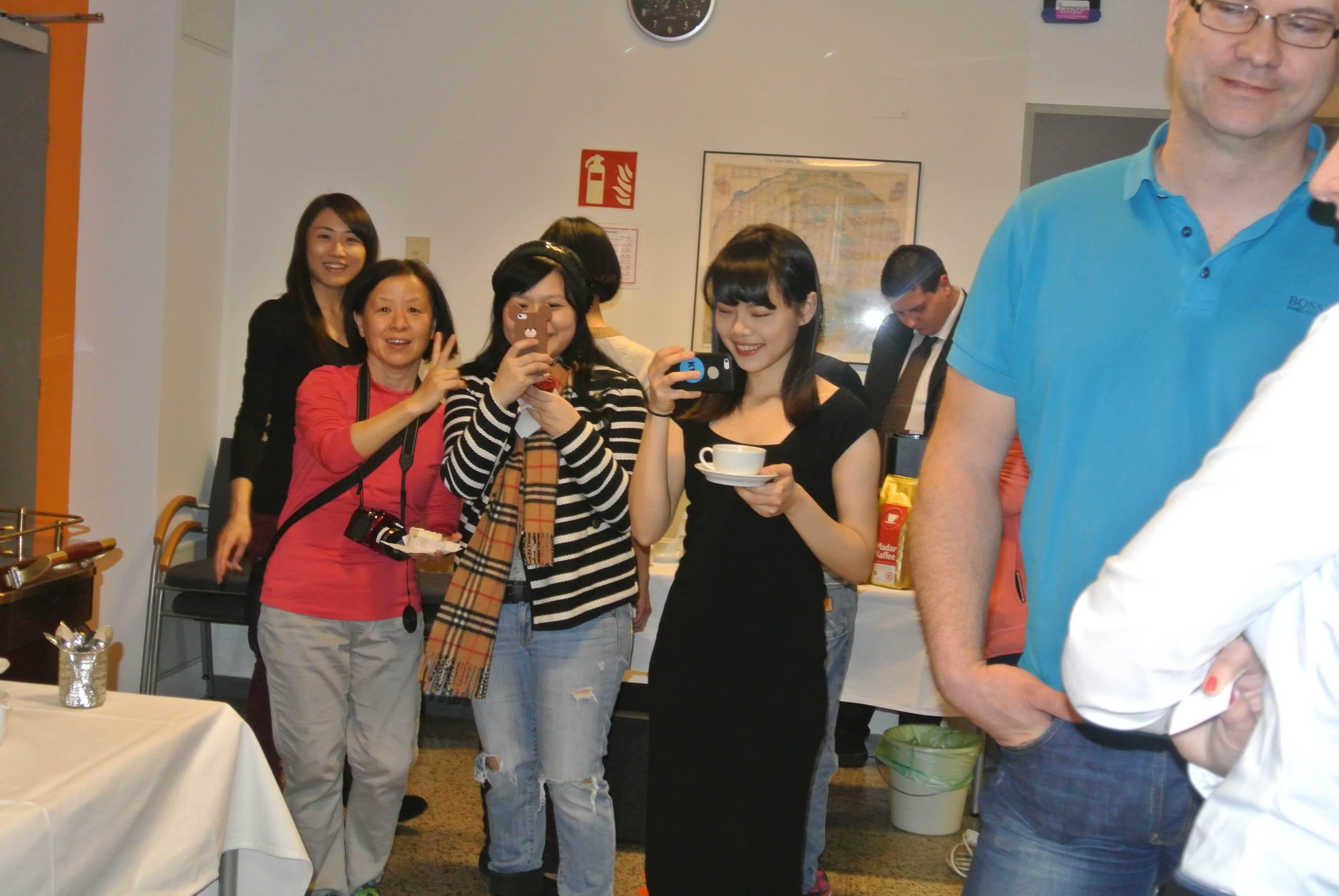 Die Damen aus Taiwan, die alle am Vortag die Prüfung zur Kaffee-Expertin positiv absolviert haben, lassen sich die Verkostung nicht entgehen.
