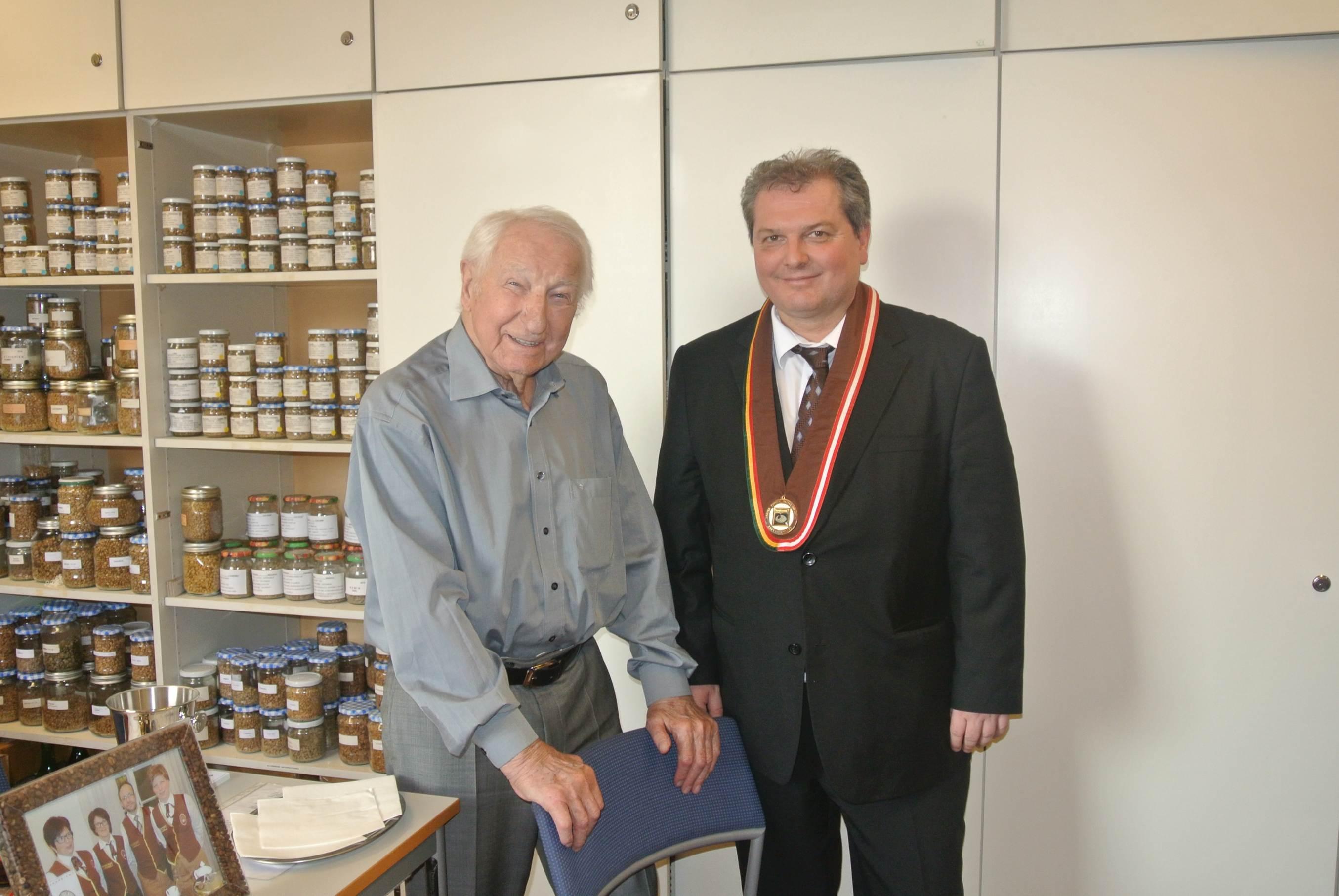 Herrn Markus Madar, MAS wird die Ehrenmitgliedschaft von Hr. Prof. Leopold Edelbauer verliehen.