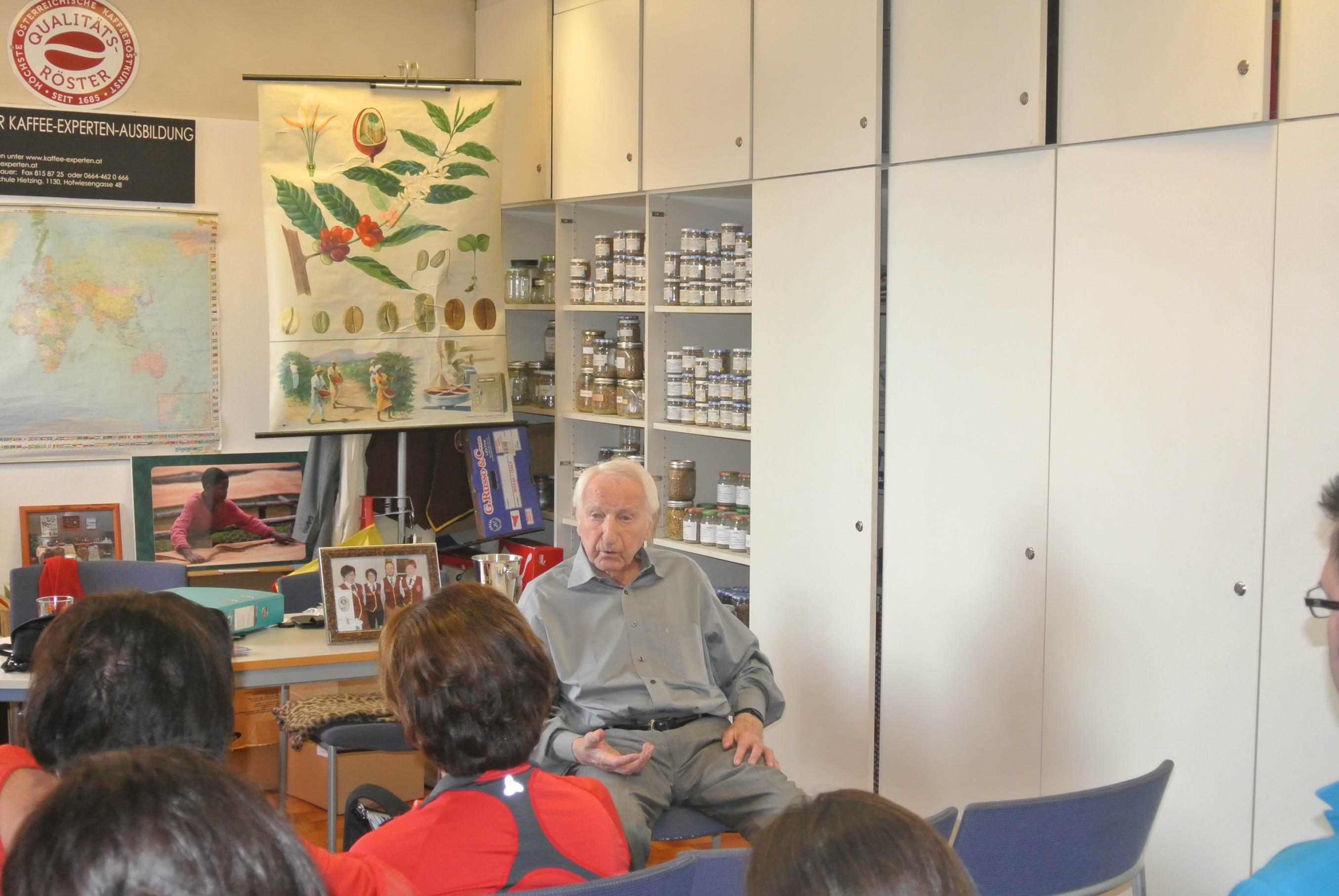 Prof. L.Edelbauer beim Beantworten der zahlreichen Fragen.