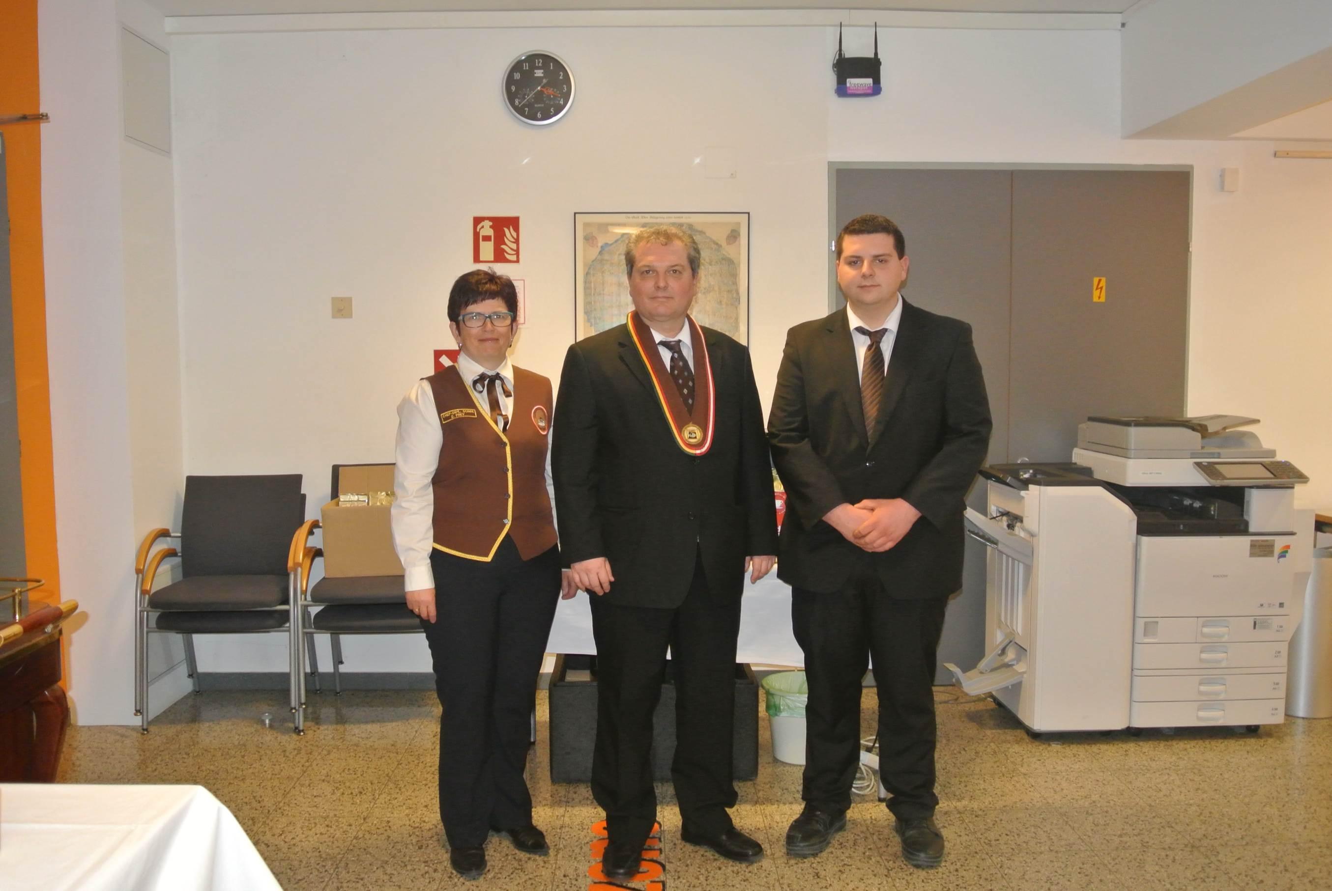 Herrn Markus Madar, MAS (in der Mitte) mit seiner Mitarbeiterin und seinem Sohn.