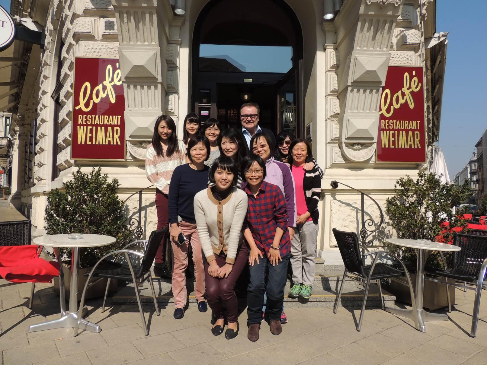 Die Teilnehmerinnengruppe aus Taiwan mit Fr. Chef-Dipl.-Somm. Cheng beim Besuch eines traditionellen Wr. Kaffeehauses. Herr Komm.Rat Maximilian K. Platzer als Chef des Café Weimar empfing die Delegation aus TAIWAN.