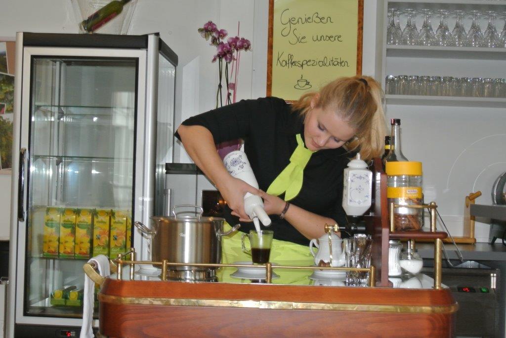 Anna Schamberger macht den Kapuziner nach Rezept und gibt das Schlagobers dazu.