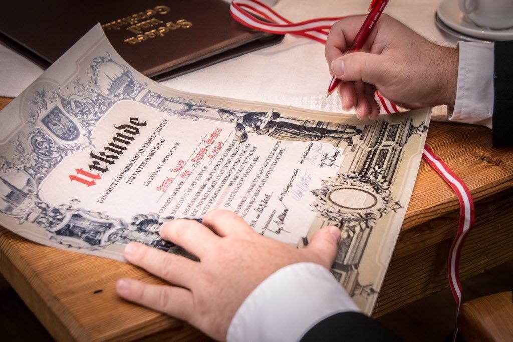 Sektionsleiter Markus Madar signiert Urkunde.