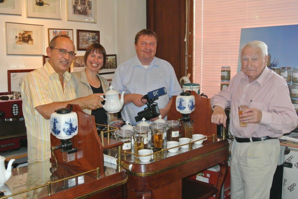 Das Fernsehteam des BR: Frau Martina Schuster und Herr Johannes Thürmer Hausherr Dir.Dr. Robert Streibel (links) und Prof. Leopold J. Edelbauer (rechts)