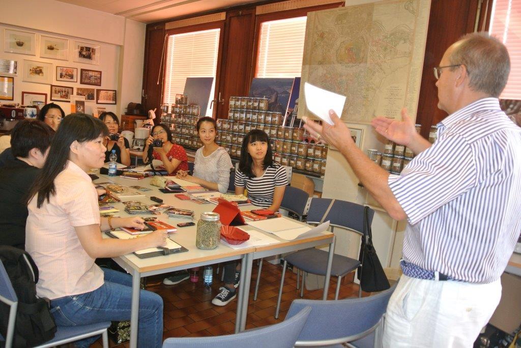 TAIWAN zum Sommelier-Kurs eingeflogen – wird auch von VHS-Chef Dr. Streibel sehr herzlich begrüßt.