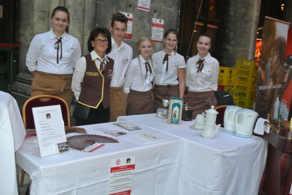 Frau Ing .Anna Detschmann / 2. Von links Schüler von links nach rechts: Anna Wösner, Jonas Freund, Hanna Schachinger, Elisabeth Bachmair, Hanna Pointner