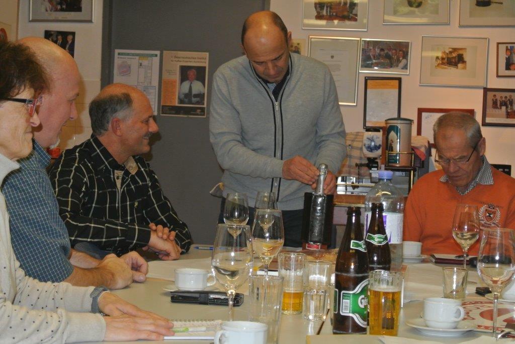 Der Jubilar, Herr Friessnegg, feiert mit den Rösterkollegen Geburtstag