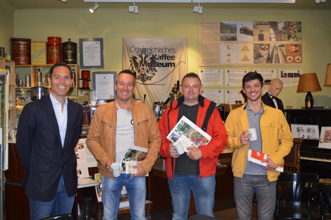 Mag. Karl Schilling vom Kaffeemuseum Wien mit den Teilnehmern